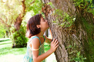 Kind küsst Baum (Foto:shutterstock)