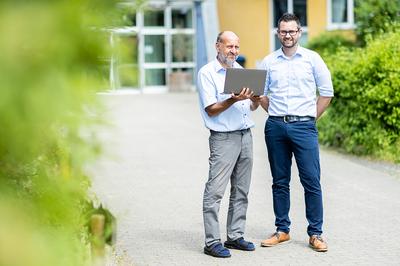 Wilfried Ponischowski (links) und Christian Dresel an der Blote-Vogel-Schule. (Foto: Marcel Kusch)
