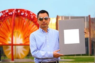 Professor Xiulin Ruan mit seiner Laborprobe der weltweit weißesten Farbe. (Foto: Purdue-University/Jared Pike)